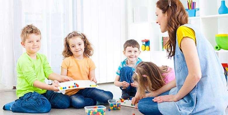 empleada de hogar con niños y adolescentes